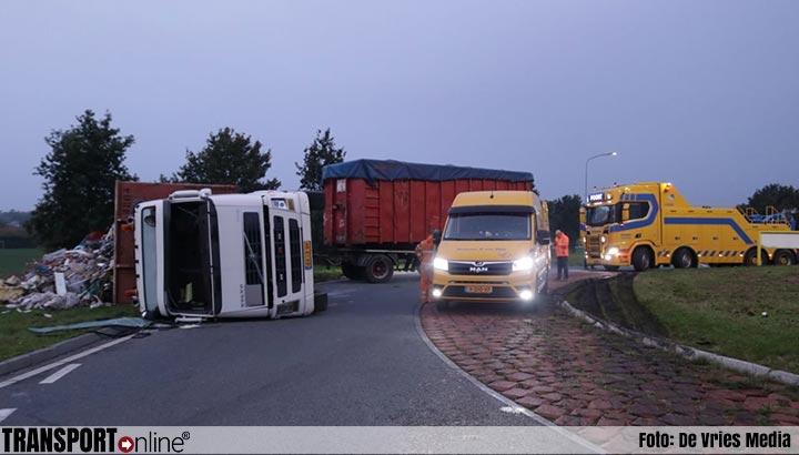 Vrachtwagen met afval gekanteld op N362 [+foto]