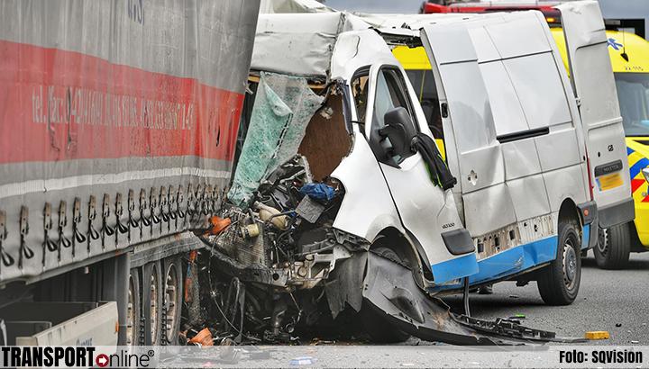 Busje rijdt op vrachtwagen op A67: één dode [+foto]