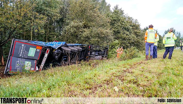 Vrachtwagen gekanteld in de berm A58 [+foto]