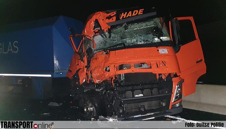 Vrachtwagenchauffeur stapt ongedeerd uit verwoeste cabine na ongeval Duitse A30 [+foto]