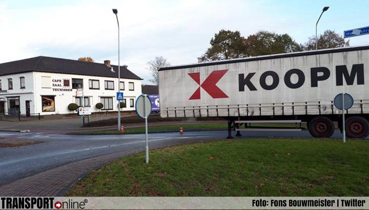 Vrachtwagenchauffeur laat oplegger achter op rotonde om even onderdeel te halen [+foto]