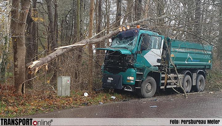 Vrachtwagenchauffeur rijdt tegen boom en raakt gewond [+foto]