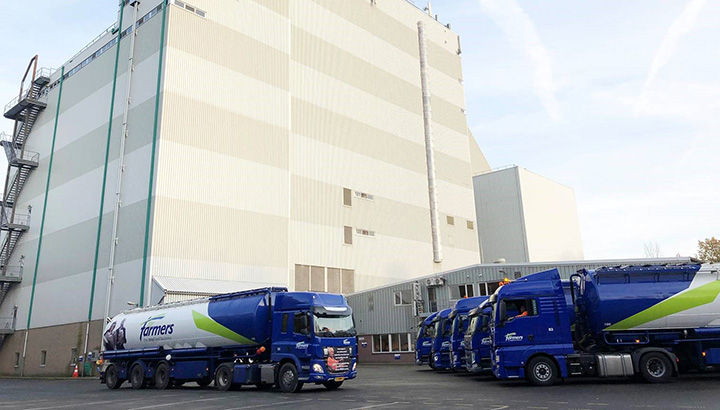 Erehaag van bulkwagens voor 50-jarig jubileum van collega-chauffeur Harry Kamphorst [+foto]