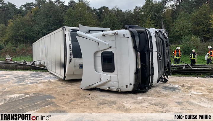 Urenlange afsluiting Duitse A30 nadat vrachtwagen kantelt op midden geleiderail [+foto's]