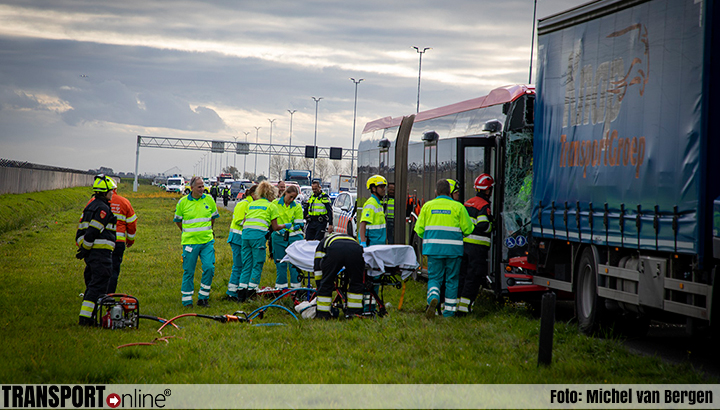 Buschauffeur bekneld na aanrijding achterop vrachtwagen op A5 [+foto]