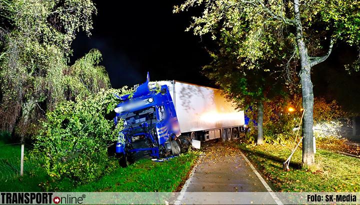 Vrachtwagen raakt van de weg in Oeffelt [+foto]