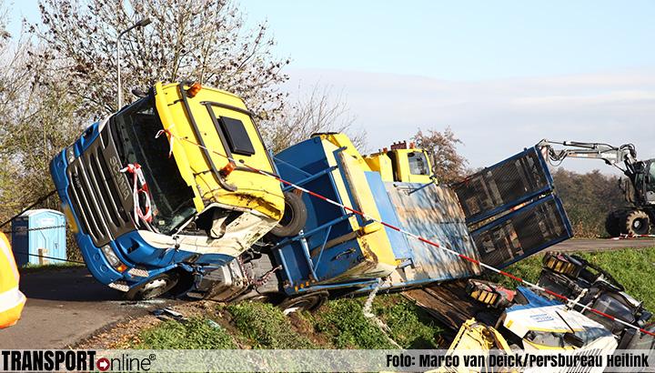 Vrachtwagen kantelt op de Diefdijk in Schoonrewoerd [+foto]