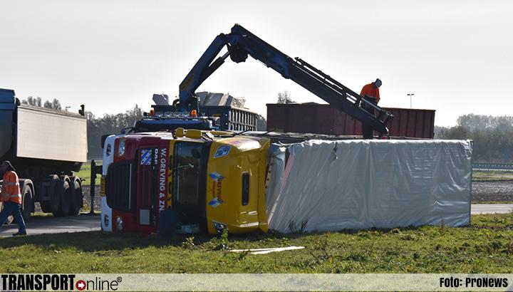 Vrachtwagen met gips gekanteld op parallelweg A7 [+foto]