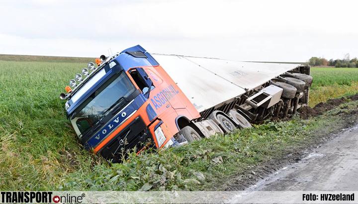 Vrachtwagen in de sloot in Dreischor [+foto]