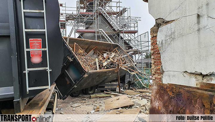 Vrachtwagen botst tegen twee huizen en een kerk [+foto's]
