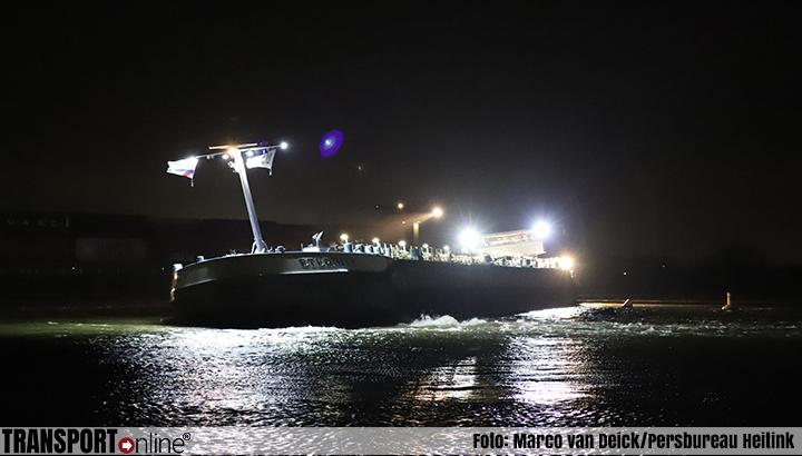 Tanker vastgelopen op de Waal [+foto]