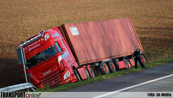 Vrachtwagen raakt van de weg op A77 [+foto]
