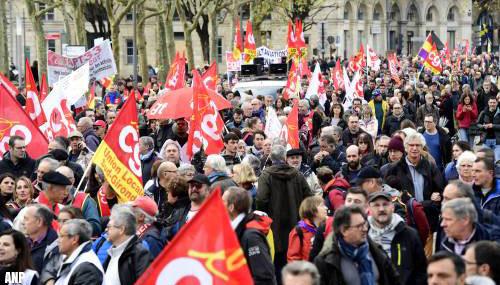 Honderdduizenden demonstreren tegen pensioenplannen Macron