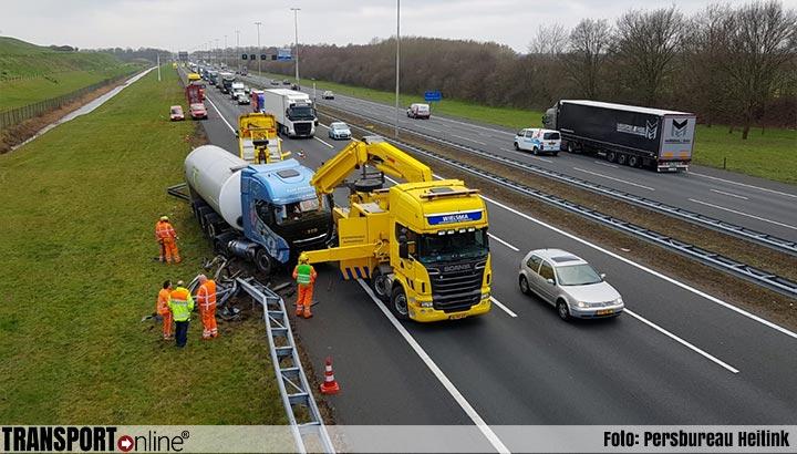 Vrachtwagen van de weg langs A1 [+foto]