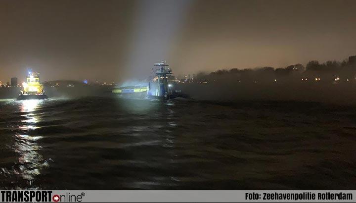 Duwbak met afval in brand in Rotterdamse haven [+foto]