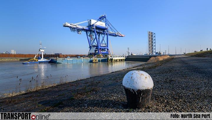 Indrukwekkende nieuwe havenkraan ArcelorMittal vaart North Sea Port binnen
