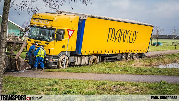 Vrachtwagen vast in berm op parallelweg naast N283 [+foto]