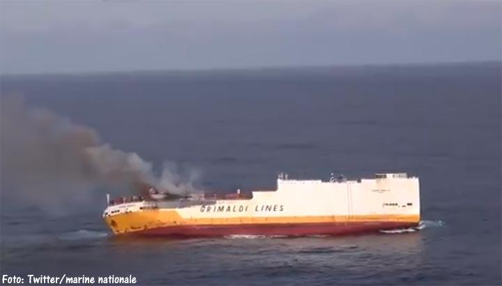 Frankrijk vreest vervuiling kust na zinken vrachtschip 'Grande America' [+video]