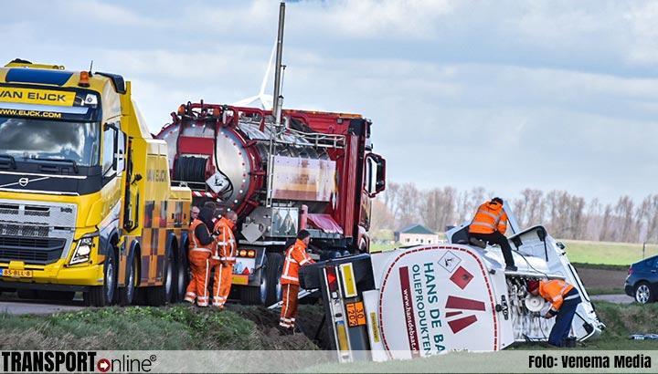 Tankwagen met diesel belandt in de sloot in Helwijk [+foto]