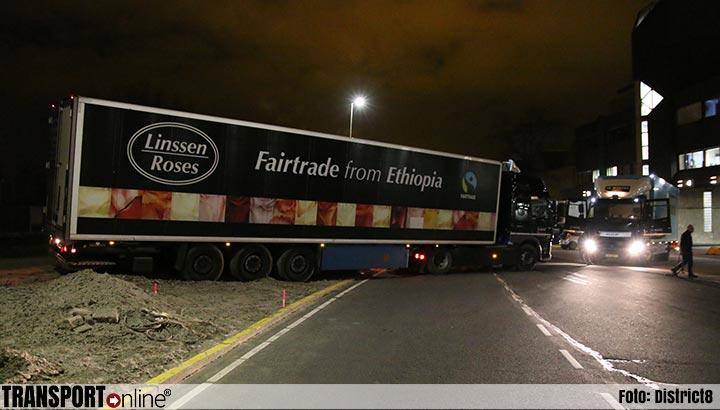 Vrachtwagenchauffeur rijdt zich vast in het zand bij FloraHolland [+foto]