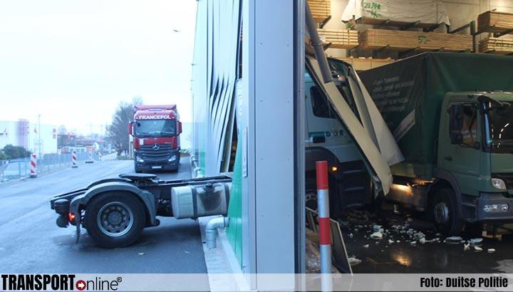 Vrachtwagenchauffeur test remlichten en rijdt vervolgens dwars door muur magazijn binnen [+foto]