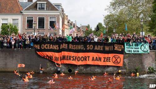 Klimaatactivisten van Extinction Rebellion op de kade in Amersfoort