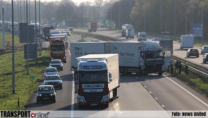 A1 afgesloten na aanrijding twee vrachtwagens [+foto&video]