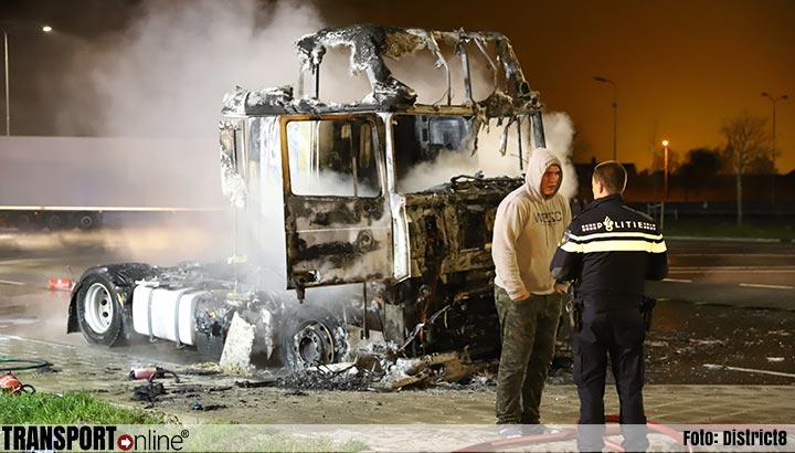 Vrachtwagenchauffeur wordt wakker van brand in zijn cabine [+foto]