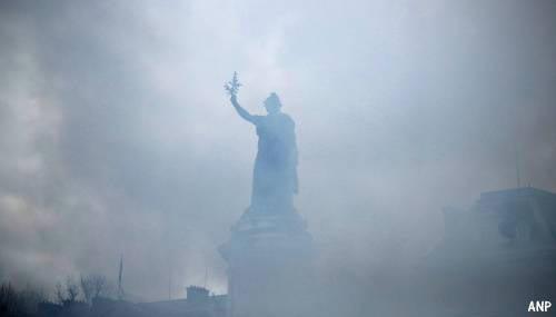 Politie zet traangas in bij betoging Parijs