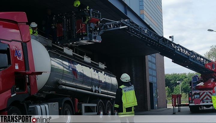 Vrachtwagenchauffeur onwel na ammoniak ongeluk [+foto]