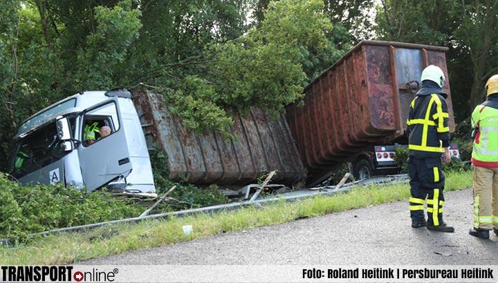 Vrachtwagen rijdt door vangrail en raakt drie auto's op A12 [+foto]