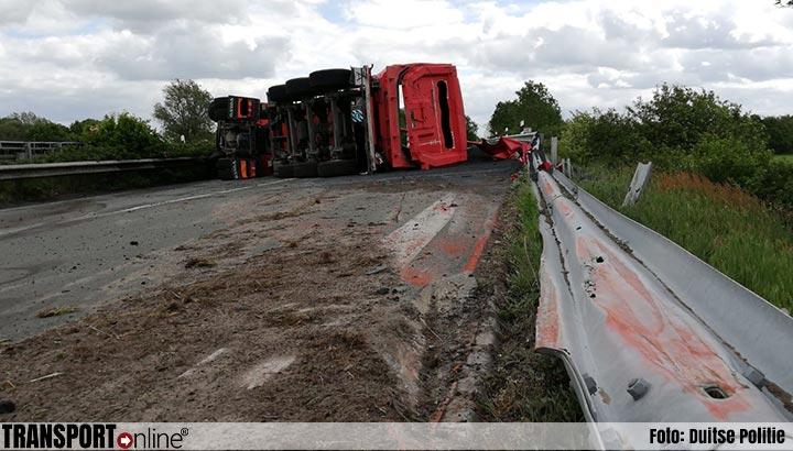 Vrachtwagen gekanteld net over de grens op A280 [+foto's]