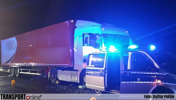 Chauffeur stopt met gevaar voor eigen leven stuurloze vrachtwagen nadat vrachtwagenchauffeur overleden is [+foto]