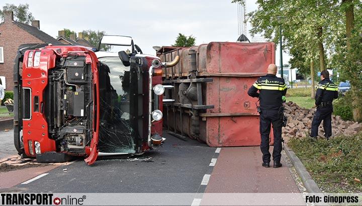 Vrachtwagen tijdens lossen klinkers gekanteld [+foto]
