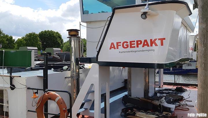 Drugsboot Moerdijk in beslag genomen en weggesleept: vier verdachten nog vast