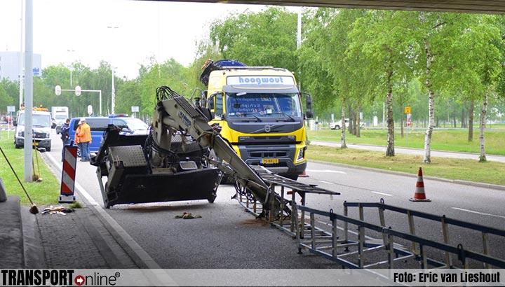 Vrachtwagen botst tegen viaduct en verliest kraan: chauffeur gewond [+foto]