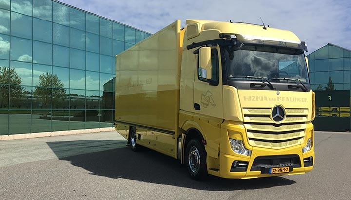 Kunsttransporteur Hizkia van Kralingen neemt twee Actros trucks in gebruik