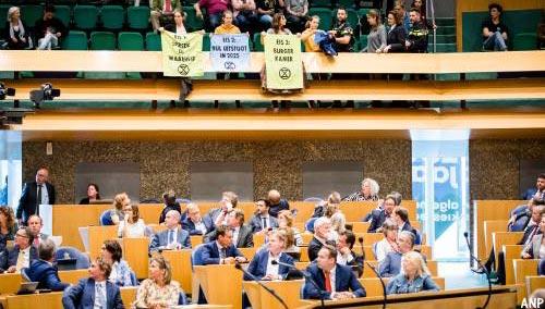 Milieuactivisten verstoren vergadering Tweede Kamer