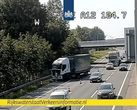 Vrachtwagen met geblokkeerde remmen zorgt voor file op A12 [+foto]