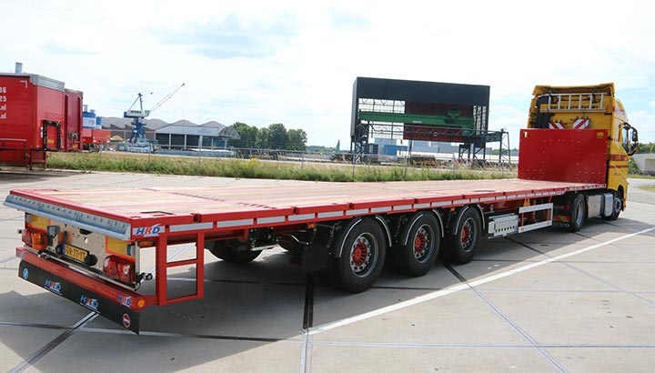 Eerste HRD platte oplegger afgeleverd door Wezenberg aan Klomp Transport Zwolle BV