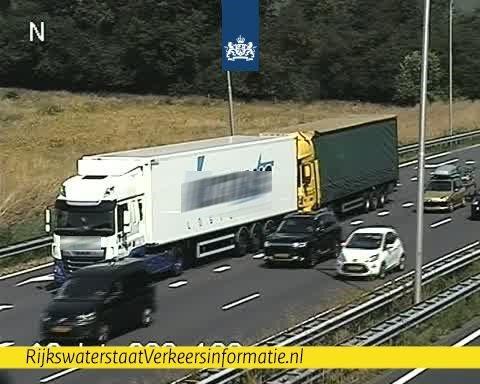 Aanrijding met twee vrachtwagens op A2 [+foto]
