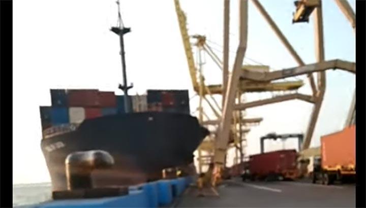 Containerschip 'Soul of Luck' vaart tegen pier en raakt kraan [+video]