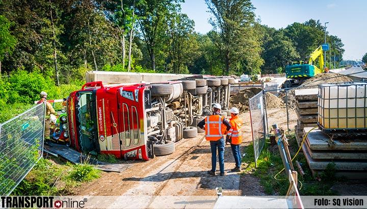 Vrachtwagenchauffeur bekneld na kantelen vrachtwagen op bouwplaats [+foto]