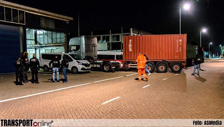 Inval politie in Rotterdam: arrestaties en vrachtwagen met container in beslag genomen [+foto]