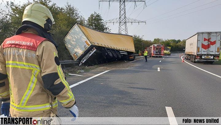 Vrachtwagen geladen met airco's van de weg op A35 [+foto]