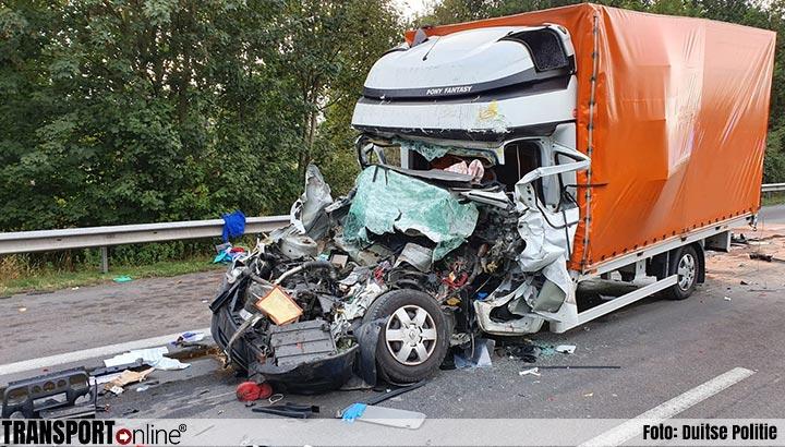 Chauffeur kleine vrachtwagen komt om het leven op Duitse A7 [+foto]
