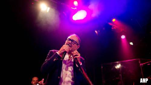 Rob de Nijs valt tijdens optreden achterover van podium [+video]