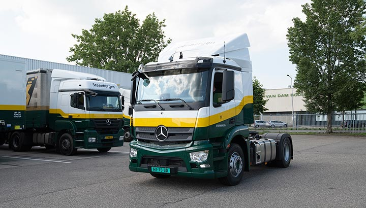 Eerste vier Mercedes-Benz Antos trucks voor distributeur Steenbergen