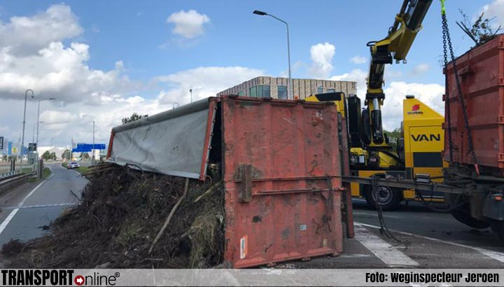 Vrachtwagen gekanteld op afrit Moerdijk [+foto's]