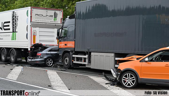 Drie gewonden bij ongeval met meerdere voertuigen op viaduct over A17/A59 [+foto]